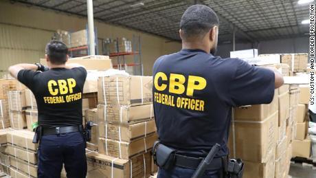 Ofițerii CBP au arestat o livrare de produse / accesorii suspectate de părul uman.