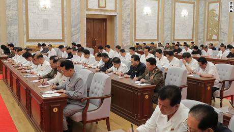 Pemimpin Korea Utara Kim Jong Un terlihat pada pertemuan Kamis di foto yang disediakan oleh KCNA ini. Pejabat tampaknya tidak memakai topeng atau melakukan latihan jarak sosial.