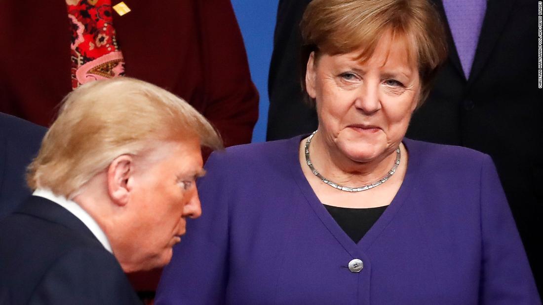 Angela Merkel biết cách chèn dao găm – Trong khi đó ở Mỹ