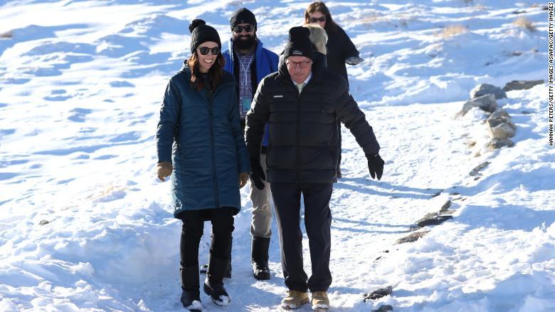 A primeira-ministra Jacinda Ardern durante uma visita ao Cardrona Alpine Resort em 26 de junho de 2020 em Cardrona, Nova Zelândia, quando a temporada de esqui da cidade foi aberta ao público.