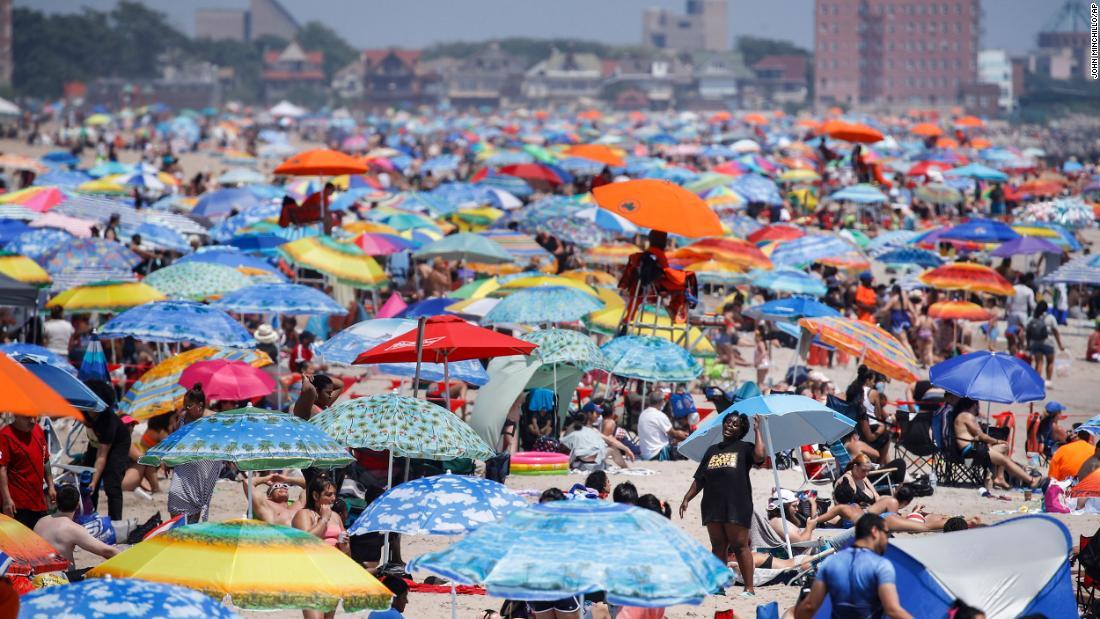 Hoa Kỳ coronavirus: Một số kỷ niệm ngày 4 tháng 7 hầu như trong khi những bãi biển khác chật cứng mặc dù Covid-19 tăng mạnh