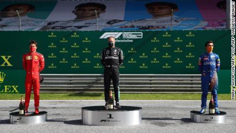 Primii trei șoferi sărbătoresc pe noul podium la distanță socială.