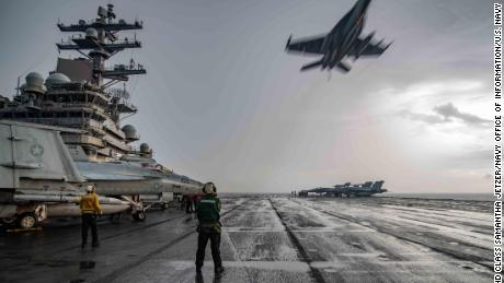 An F / A-18E Super Hornet flies over the flight deck of the USS Ronald Reagan in the South China Sea on July 4, 2020.