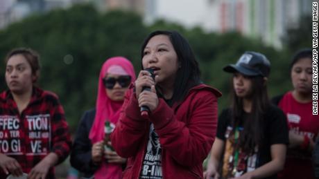 La ex trabajadora doméstica indonesia Erwiana Sulistyaningsih habla durante un evento en Hong Kong el 27 de marzo de 2016.