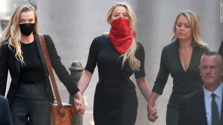 Amber Heard, centro, es la ex esposa de Depp.