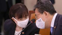 Park Yang-woo, dreapta, ministrul Departamentului Culturii, Sportului și Turismului, discută cu Choi Yoon-hee, stânga, ministru adjunct al departamentului Cultură, Sport și Turism la o întâlnire a comisiei parlamentare la Adunarea Națională din Seul, Coreea de Sud, luni, 6 iulie 2020. Înalți oficiali sud-coreeni au cerut scuze public luni și au promis că vor scufunda în moartea unui triatlet care a raportat la organizații guvernamentale și sportive de care a fost abuzată de antrenorul echipei sale, de fizioterapeut și de colegi.