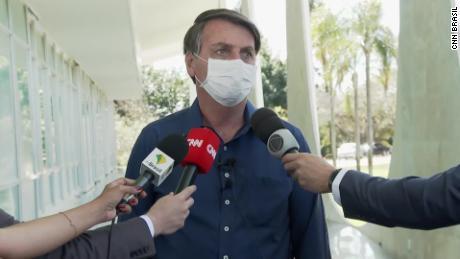 Le président brésilien Jair Bolsonaro portait un masque lorsqu'il a informé les journalistes de son diagnostic de coronavirus.