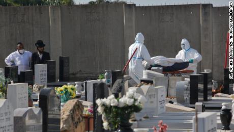 Les funérailles transportent le corps d'un patient de Covid-19 dans un cimetière de Rehovot, dans le centre d'Israël.