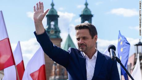 Le candidat à la présidentielle Rafal Trzaskowski prononce un discours devant les habitants et les partisans lors d'un rassemblement électoral le 7 juillet à Gniezno, en Pologne.