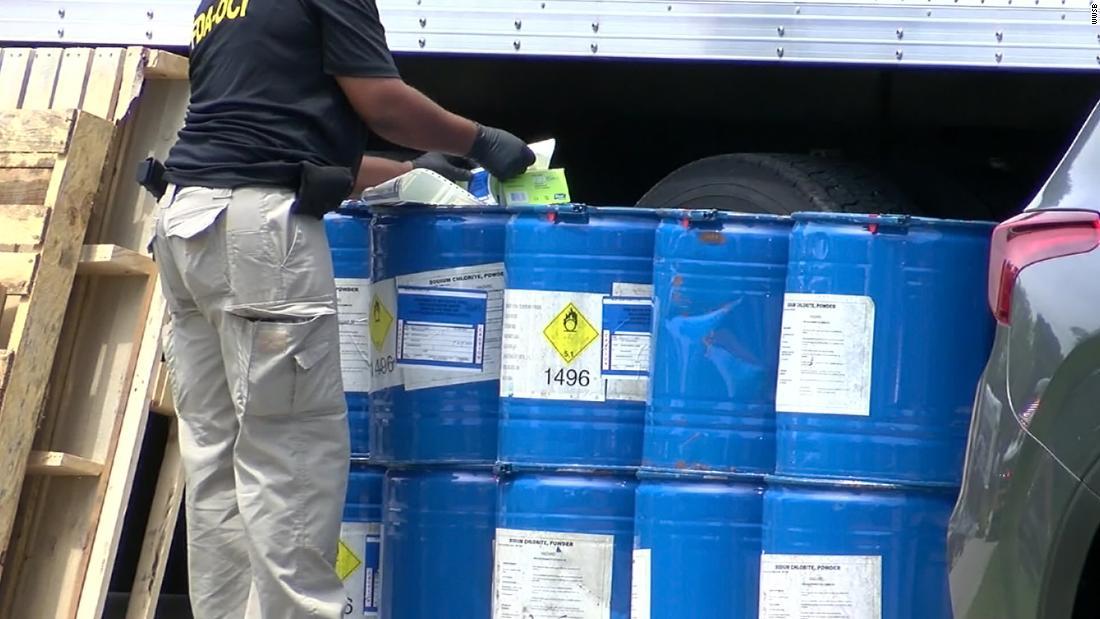 Người đàn ông Florida, con trai bị buộc tội bán hóa chất độc hại như một loại thuốc chữa bệnh coronavirus