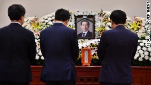 Președintele Coreei de Sud, spune că este feminist.  Trei aliați ai săi au fost acuzați de crime sexuale