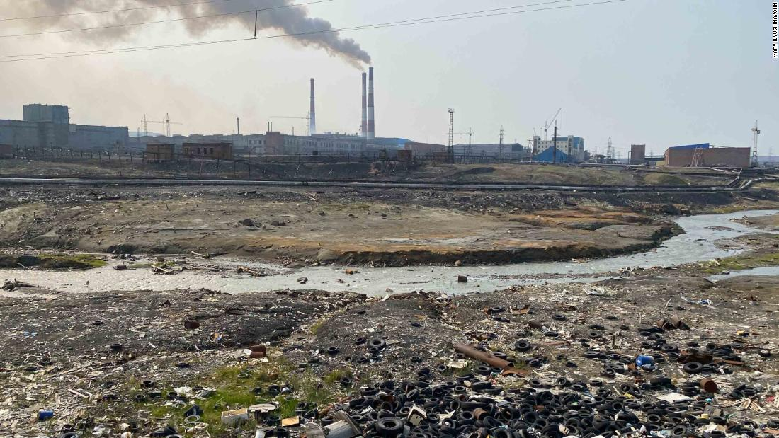 Um lixão na margem do rio, próximo a uma usina de pré-processamento nos arredores de Norilsk.