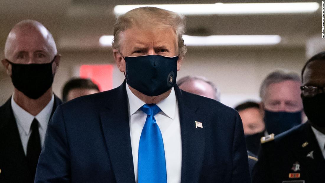 Trump indossa una maschera durante la visita ai membri feriti del servizio di Walter Reed