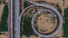 Această vedere aeriană arată un pod care duce la insula inundată Tianxingzhou din Wuhan, în centrul Hubei, provincia Chinei, pe 13 iulie.