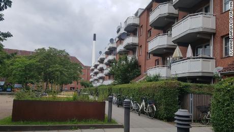 Le domaine Mjolnerparken de Copenhague se compose d'une série de petits immeubles d'appartements en briques rouges bien rangés, disposés autour de carrés verts.