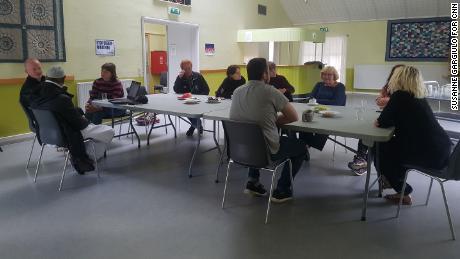 Les habitants de Mjolnerparken rattrapent leur retard lors d'une réunion hebdomadaire.