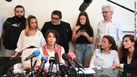 Doria Chouviat, centre, la veuve de Cédric Chouviat, prend la parole lors d'une conférence de presse à Paris, le 23 juin 2020.