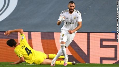 Karim Benzema sărbătorește după ce a marcat golul câștigător împotriva lui Villarreal.