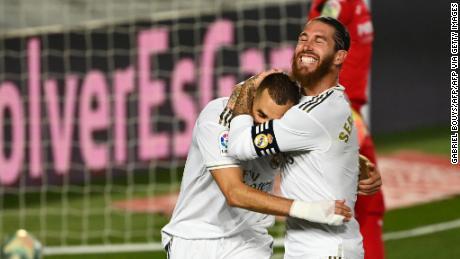 Karim Benzema sărbătorește cu Sergio Ramos după ce a marcat al doilea gol.