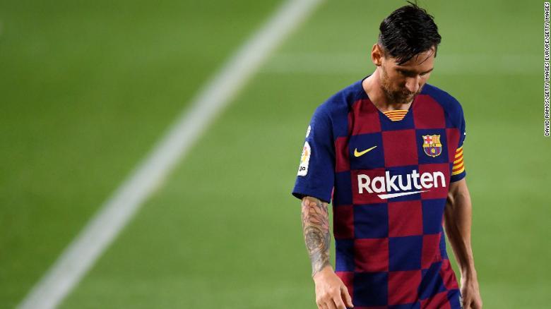 Leo buồn bã sau tiếng còi kết thúc trận đấu.