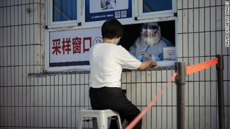Une femme reçoit un test d'acide nucléique Covid-19 au premier hôpital affilié de l'Université médicale du Xinjiang le 25 juin à Urumqi, en Chine.