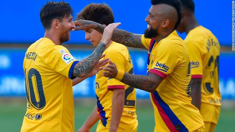 Messi (L) ăn mừng bàn thắng thứ hai của mình với các đồng đội.