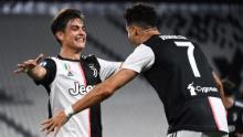 Ronaldo și Dybala sărbătoresc în timpul Juventus & # 39; câștiga împotriva Lazio.