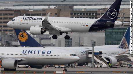 Airlines call for coronavirus testing to restore transatlantic flights