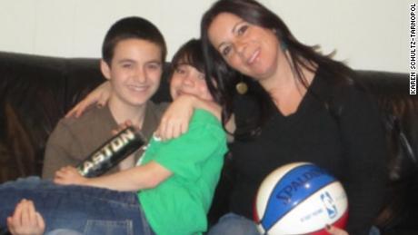 Karen Schultz-Tarnopol photographiée avec ses fils Jake et Jonah vers 2010.