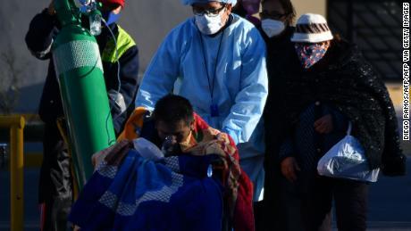 Una enfermera ayuda a un paciente de Covid-19 afuera de un hospital en la ciudad de Arequipa, Perú, el 23 de julio de 2020.