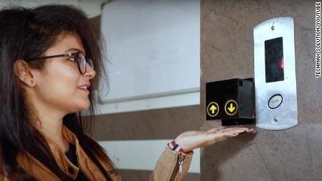 Les utilisateurs appellent les ascenseurs équipés de Sparshless en plaçant leur main sous une unité équipée d'émetteurs infrarouges.