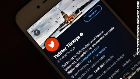 The official page of Twitter Turkey is displayed on a mobile phone.