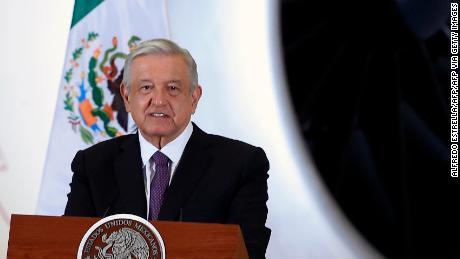 Presiden Meksiko Andres Manuel Lopez Obrador berbicara selama konferensi pers, dengan latar belakang pesawat kepresidenan pada 27 Juli 2020.