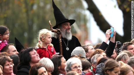 El mago espera la llegada del príncipe Guillermo y Kate de Gran Bretaña durante su visita real a Christchurch el 14 de abril de 2014.