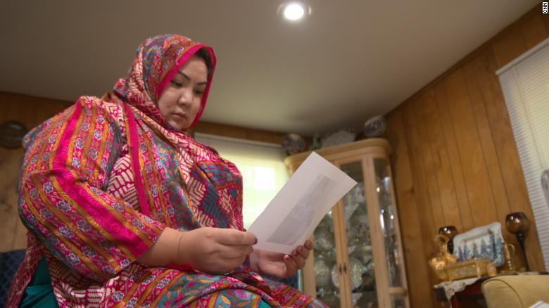 ABD'deki evinde resmedilen Uygur sürgüsü Zumrat Dawut, Çin hükümeti tarafından zorla sterilize edildiğini söyledi.