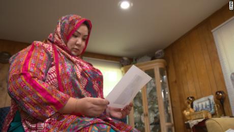 La exiliada uigur Zumrat Dawut, fotografiada en su casa en los Estados Unidos, dice que fue violentamente esterilizada por el gobierno chino.
