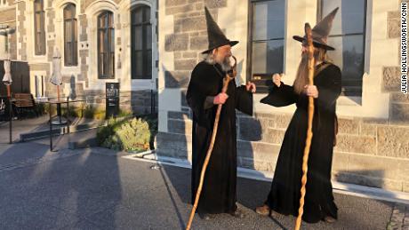 El mago y su aprendiz Ari Freeman no siempre están de acuerdo.