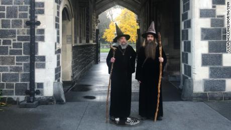 El mago y su aprendiz Ari Freeman el 2 de junio de 2020 en Christchurch.