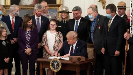Trump firma una ley de financiación de la conservación que ayudará a los parques nacionales