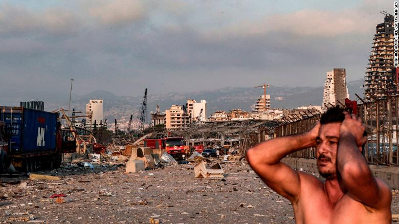 Patlamadan hemen sonra olay yerinde bir adam tepki veriyor.