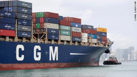 Контейнеровоз CMA CGM Bianca заходит в порт Майами, Флорида.