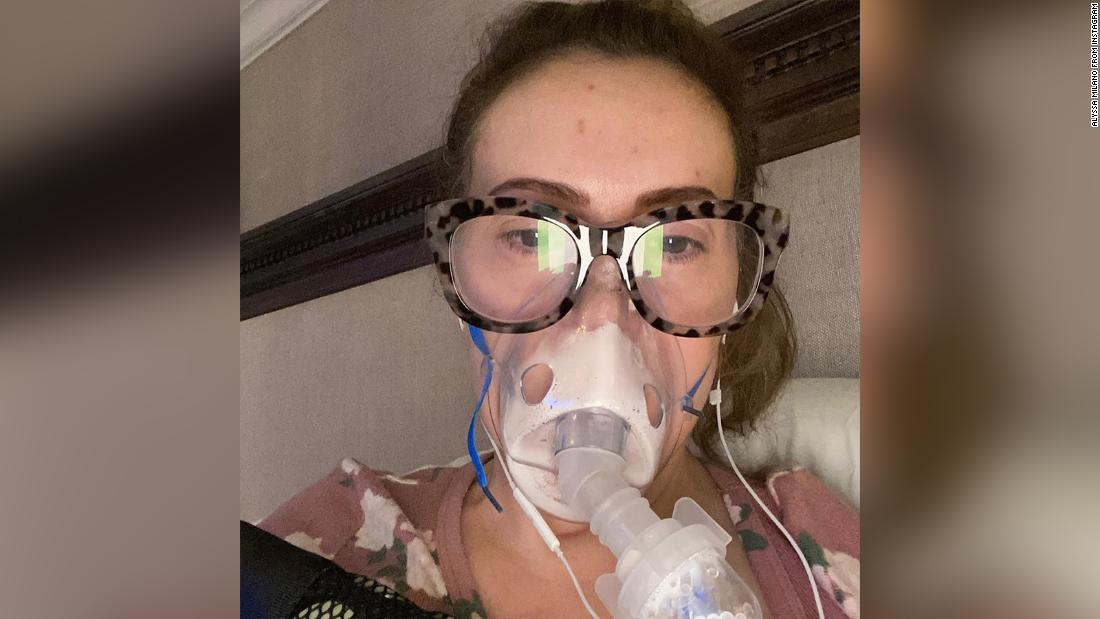 Alyssa Milano cho biết cô đã xét nghiệm dương tính với kháng thể Covid-19 sau khi xét nghiệm âm tính với vi rút