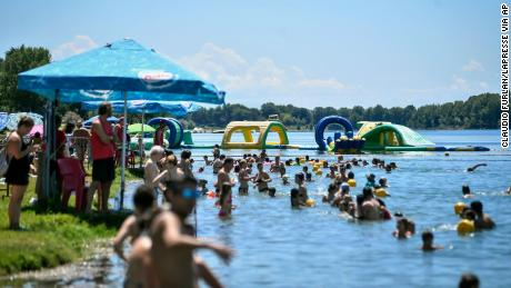 Things are returning to normal in Italy. Swim in an artificial lake in Milan on 12 July.