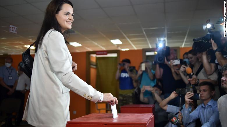 Кандидат в президенты Светлана Тихановская опускает бюллетень во время президентских выборов в Минске 9 августа 2020 года.