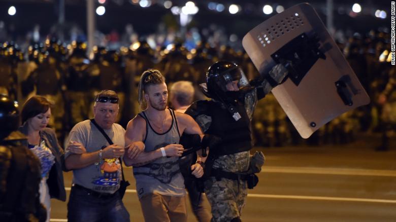 ОМОН задерживает группу демонстрантов во время акции протеста после закрытия избирательных участков в Беларуси.  президентские выборы в Минске 9 августа 2020 года.
