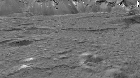Οι φωτεινοί λάκκοι και τα αναχώματα στο Occator Crater σχηματίστηκαν από αλμυρό υγρό που κυκλοφόρησε ως πάγωμα του πλούσιου σε νερό πατώματος του Occator μετά από την πρόσκρουση του κρατήρα πριν από περίπου 20 εκατομμύρια χρόνια.