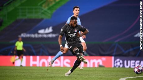 Moussa Dembélé scores Lyon's second goal.