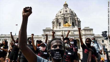 Los manifestantes levantan los puños en el Capitolio del estado en Saint Paul, Minnesota, donde miles se reunieron para protestar por la muerte de George Floyd el 2 de junio de 2020.