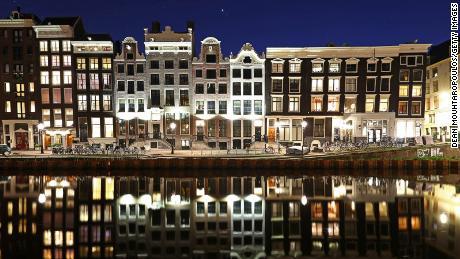 Amsterdam đã sụp đổ trong nhiều năm.  Bây giờ trả giá