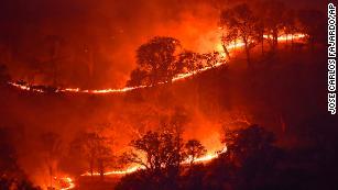 Un val de căldură din California alimentează peste 30 de focuri sălbatice.  De asemenea, poate lăsa milioane de case fără putere